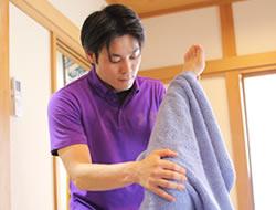 膝の痛みへの施術風景